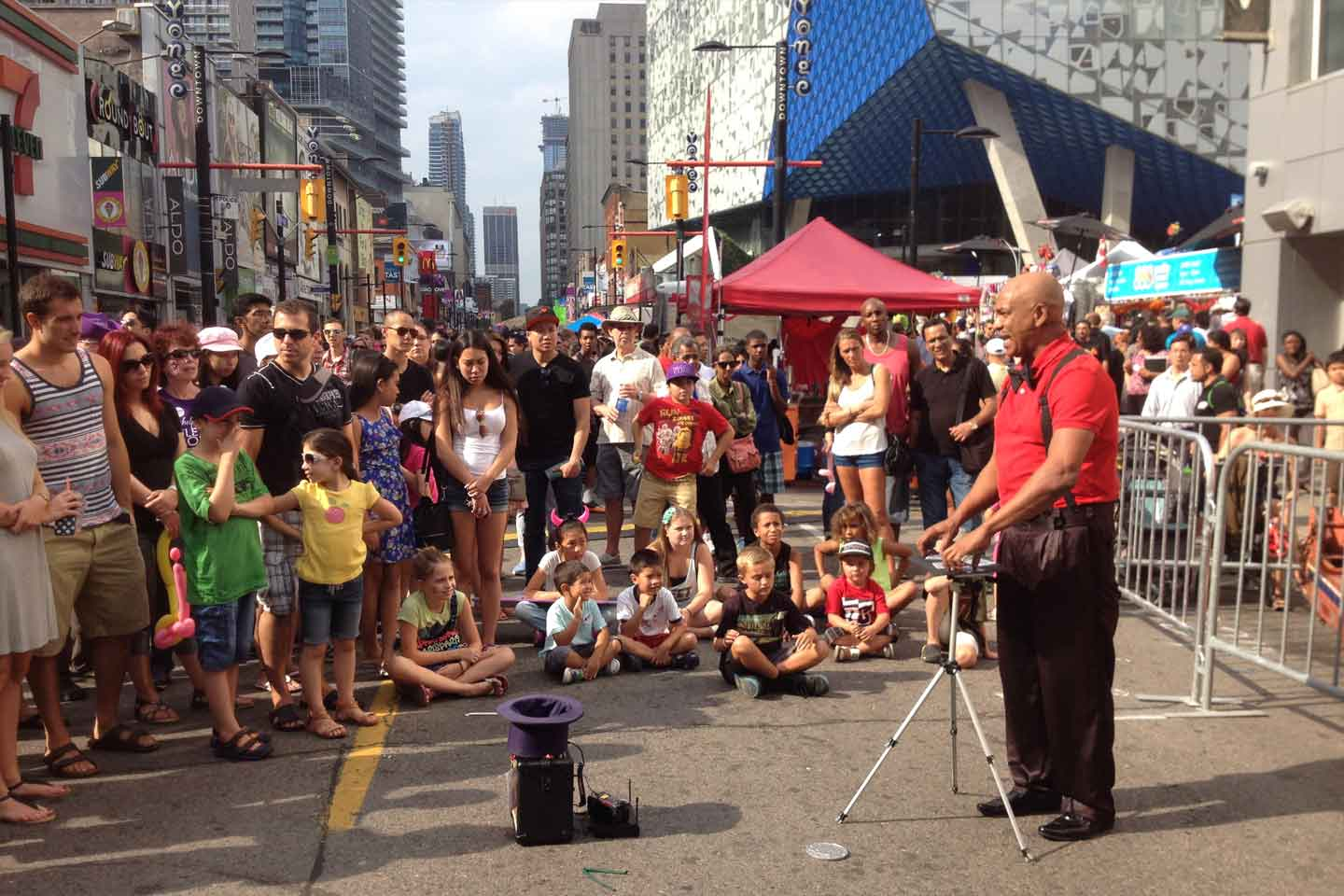 Image of Andrew Eland performing at Buskerfest in Toronto, Canada