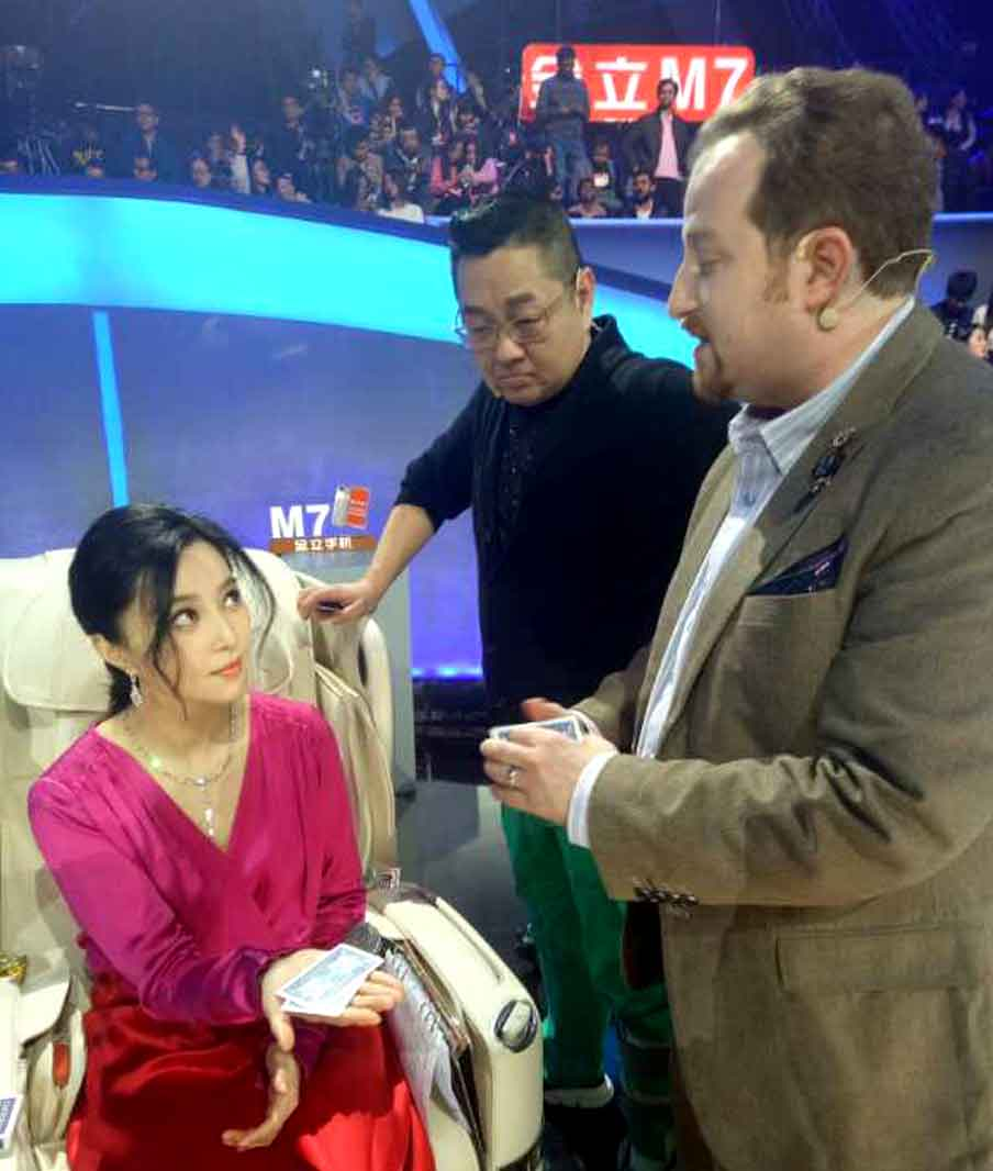 Fan Bing Bing & Zhang Shaogang watch Lee Asher perform his brand of card magic.